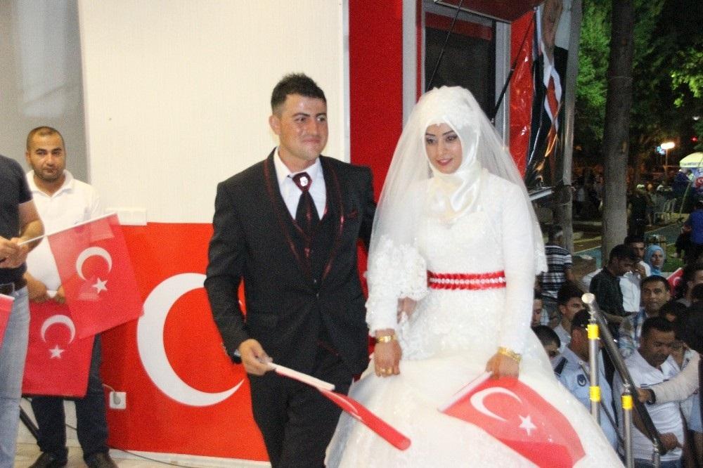 Gelin ve damat düğün öncesi demokrasi nöbetine geldi