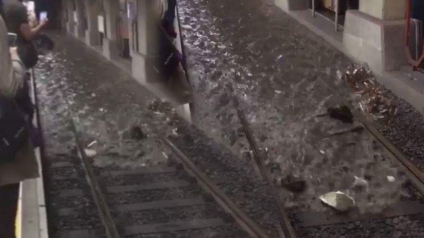 Metro beklerken sel geldi!