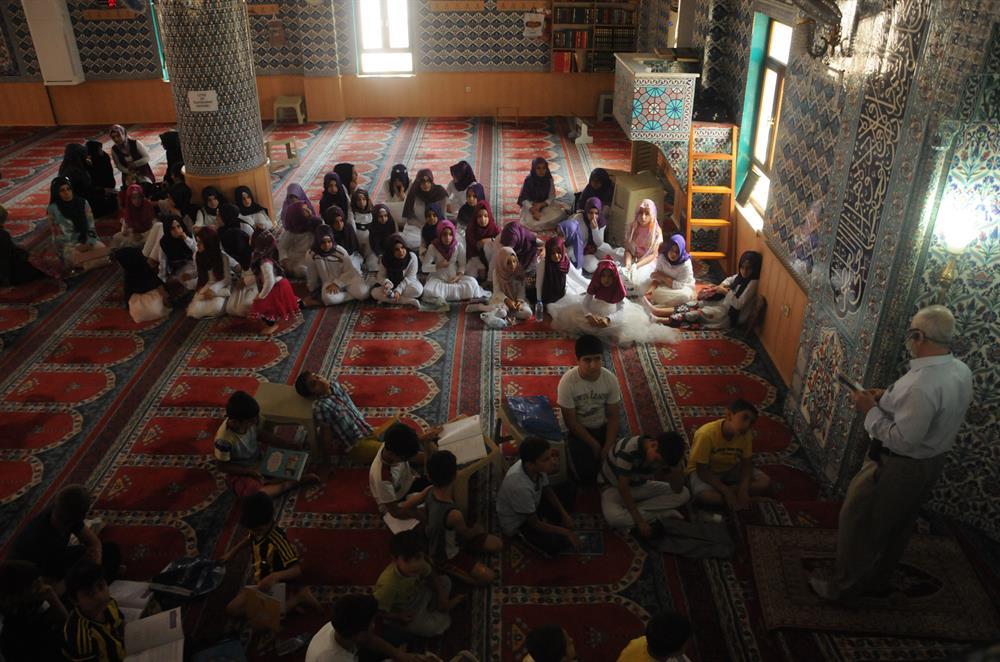 170 bini aşkın çocuk yaz tatilinde Kur'an-ı Kerim'i öğrenmek için camilere ve kurslara gidiyor.