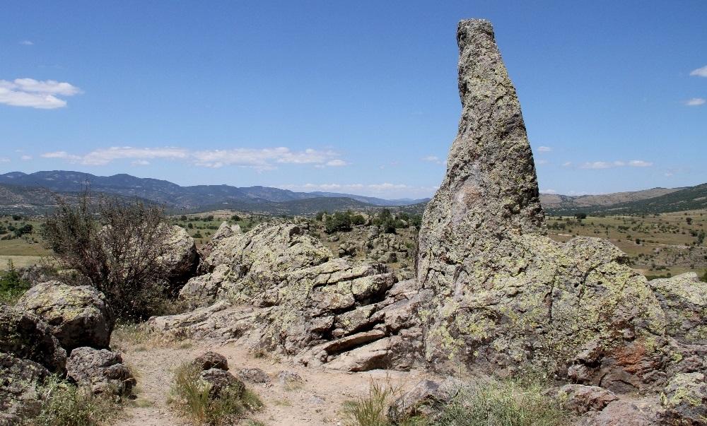 Taşlıca köyünün güneyindeki tepede görenler tarafından 'at üzerinde oturan bir geline' benzetilen bir kaya bulunuyor.