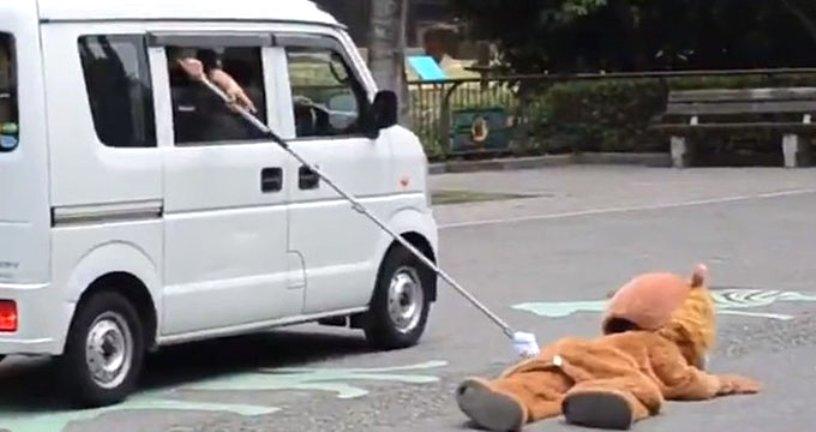 Japonya'da hayvanat bahçesinde yapılan aslan yakalama tatbikatı büyük beğeni topladı