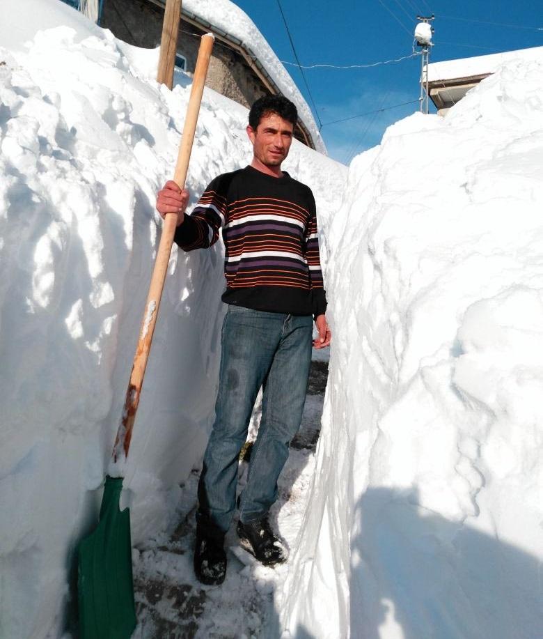 Bozkır'ın Aslantaş Mahallesi'nde kar kalınlığının insan boyunu aşması sonrası, vatandaşlar kendi imkanlarıyla yol açtı.
