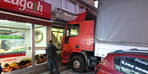 TIR'ın araçlara çarparak kuyumcu dükkanına dalması kamerada (1)