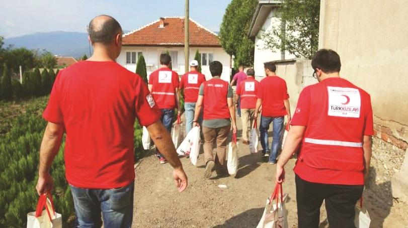 Sivil toplum kuruluşları, yardım yolculuğunda yüzlerce gönüllüyle çalıştı ve kurbanı her yere ulaştırdı.