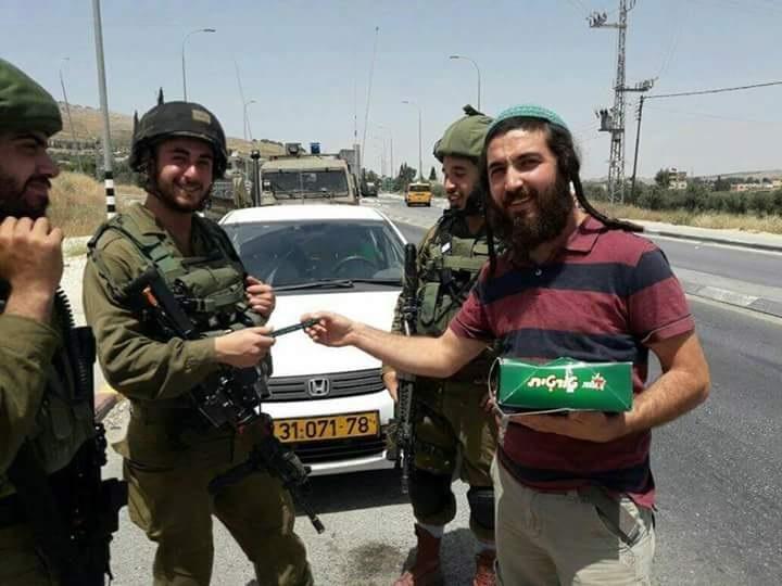 Yahudi yerleşimcinin Filistinli bir genci öldürmesine sevinen bir başka Yahudi yerleşimci, İsrail askerlerine çikolata dağıtarak, katliamı kutladı. n