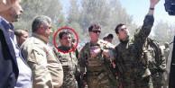 ABD'li komutanın yanındaki kişi bakın kim çıktı!