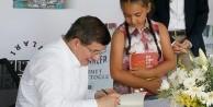 Ahmet Davutoğlu 'Medeniyetler ve Şehirler' kitabını imzaladı