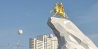 Altı metrelik heykelini dikti