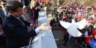 Davutoğlu sloganlara dayanamadı ve...