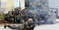 Elleri tetikte askerler sokaklarda çatışıyor