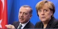 Erdoğan, Almanya'da Merkel'e fark attı