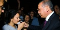 Erdoğan genç kıza eliyle su içirdi /VİDEO
