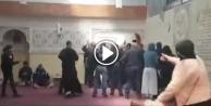 Camide namaz kılan Müslümanlara alçak saldırı