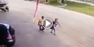 İçiniz acıyacak! Savrulan lastik adama çarptı!