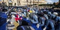 İtalya'da 2 bin kişilik cemaat namaza durdu
