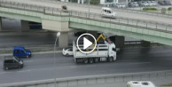 Kamyon köprüye takıldı, trafik altüst oldu!