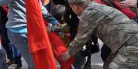 Küçük çocuk kendi düştü ama bayrağımızı bırakmadı
