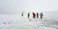 O kente kar yağdı 30 kişi mahsur kaldı