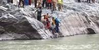 Pakistan'da otobüs nehre yuvarlandı! Çok sayıda ölü var