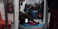 Sokakta yaşayan Suriyelilere 100'er lira yardım