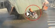 Taş yüklü kamyonun altında kalmaktan son anda kurtulan şanslı motorcu