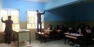 Teröristler okulu basıp pankart astı!
