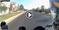 Yol vermeyen arabanın aynasını kıran motorcu!