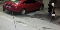 Yolda yürürken kafasına köpek düştü!