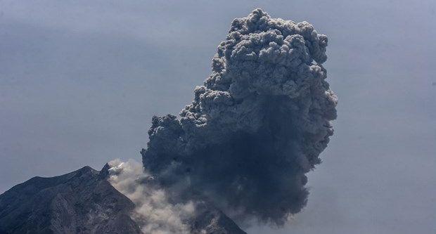 Endonezya'da volkan 4 metre yüksekliğe kül püskürtüyor