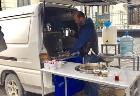 Sakarya'da minibüsünün arkasını seyyar çay ocağına çevirdi
