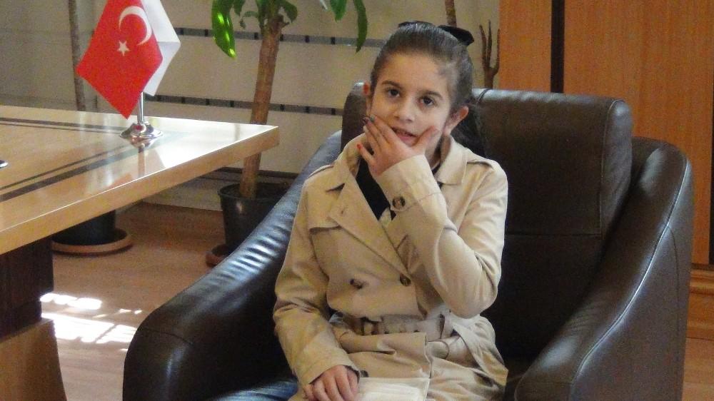 10 yaşındaki Betül'ün tek hayali haber spikeri olmak