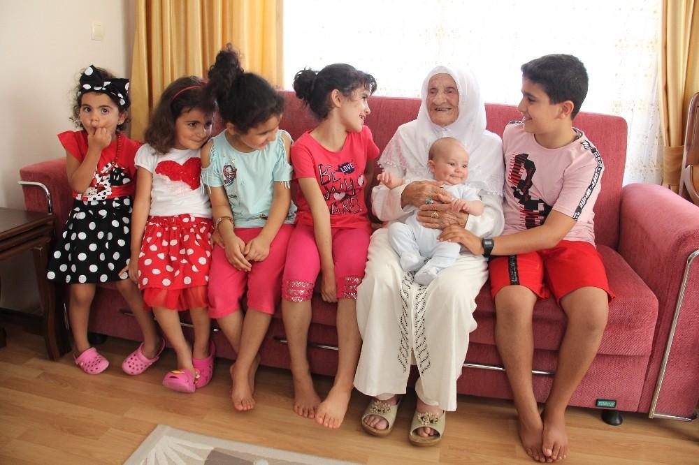 105 yaşında hacı olan Fikriye nine getirdiği hurmaları Cumhurbaşkanı Erdoğan'a vermek istiyor