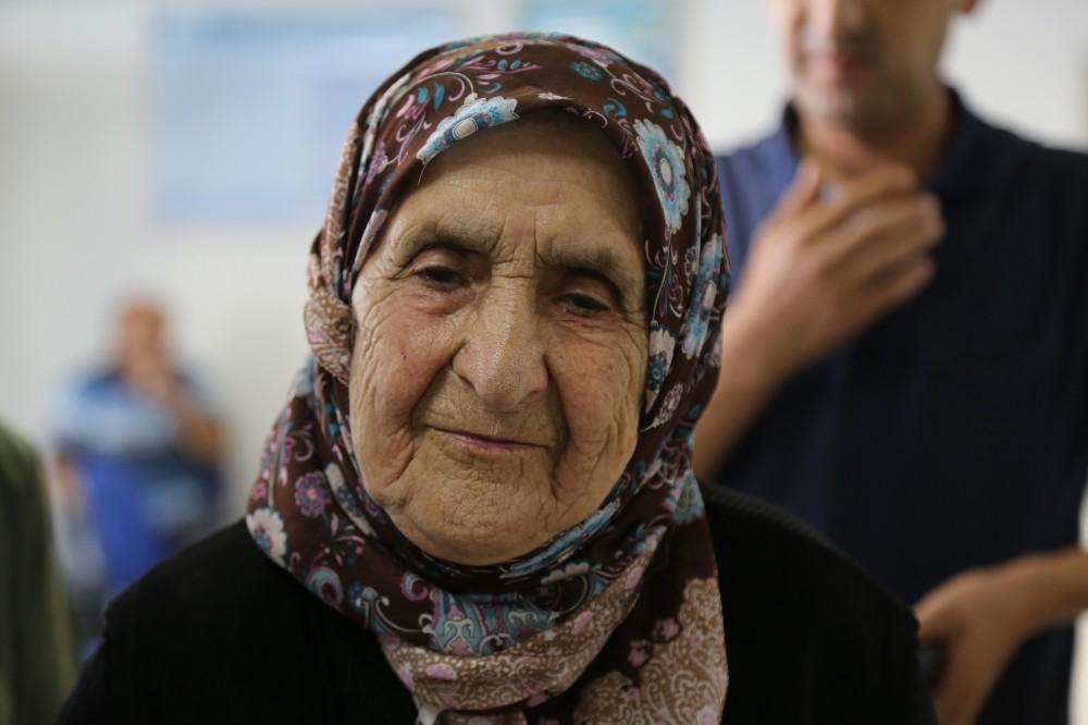 106 yaşındaki asırlık nine her ay maaşını kendisi çekiyor