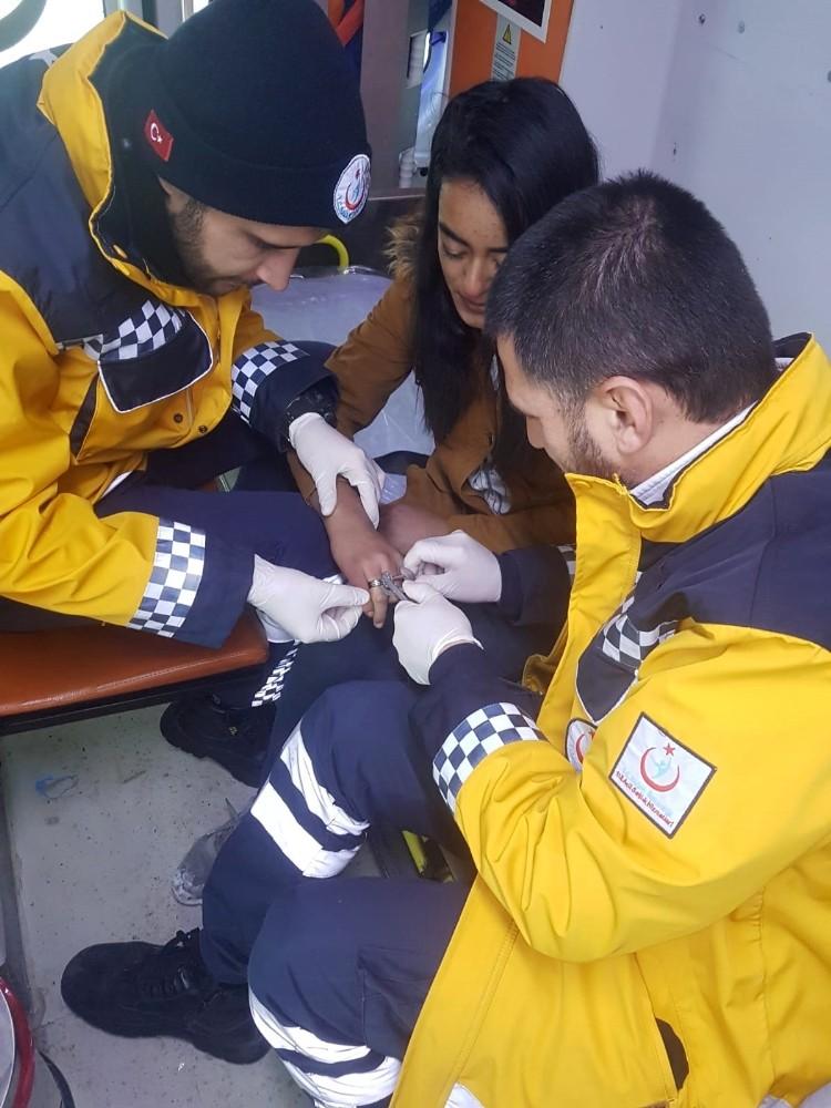 112 ekibi şişen parmaktan yüzüğü sargı bezi kullanarak çıkardı