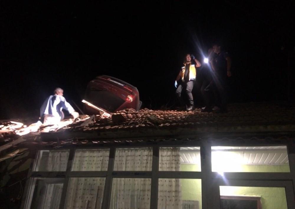 112 ekibi, yaralı sürücüye evin çatısında müdahale etti