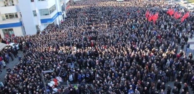 Şehit polisi 15 bin kişi uğurladı