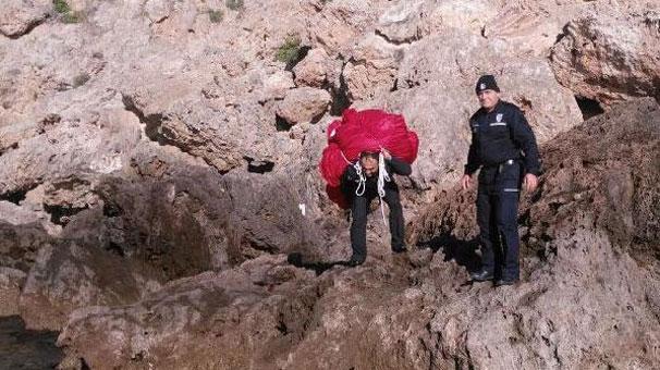 İşte bayrak aşkı! Polis memuru tek başına sırtladı..