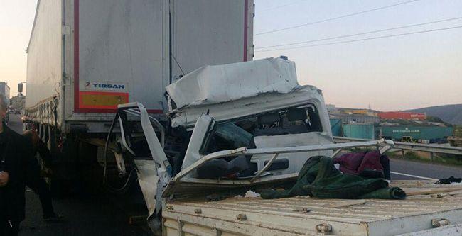 Üst geçitten düşen kamyon alev aldı: 2 yaralı