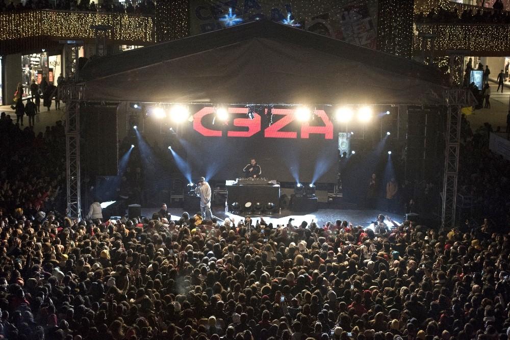 17 Burda AVM, yeni yılı Ceza konseri ile karşıladı