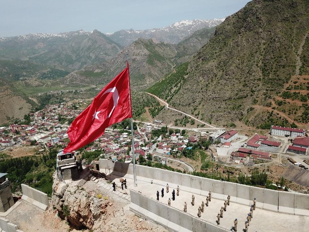 19 Mayıs'ta Kato Dağı'nda şehit düşen 10 asker anısına dev Türk bayrağı dikildi