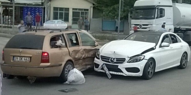 Sungurlu'da iki otomobil çarpıştı : 7 yaralı