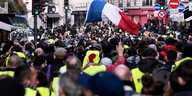 22 yaşında bir öğrenci intihar etmişti! Fransa'da büyüyen protestolarda bakanın istifası istendi
