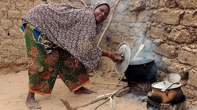2.4 milyar insan yemeğini odunla pişiriyor