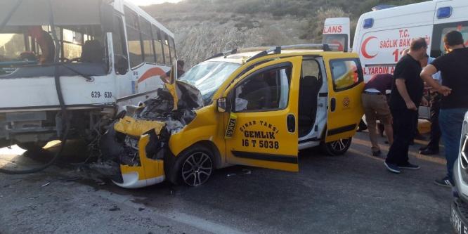 Ticari taksi otobüsle çarpıştı: 6 yaralı