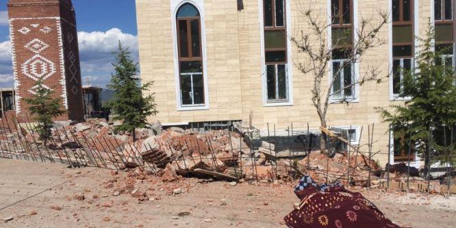 Üzerine minare devrilen işçi hayatını kaybetti