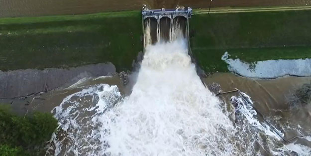 50 otoyol sular altında kaldı, tahliyeler başladı! ABD'de baraj çöktü, akıntı sele dönüştü