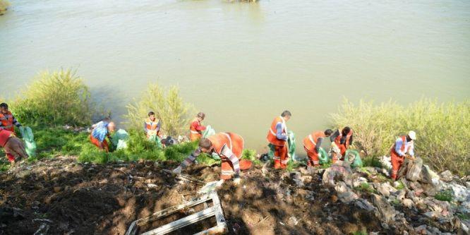 Dicle Nehri yatağında atık temizliği