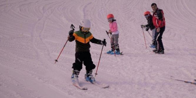 Mehmetçik'den, Yüksekovalı çocuklara kayak eğitimi
