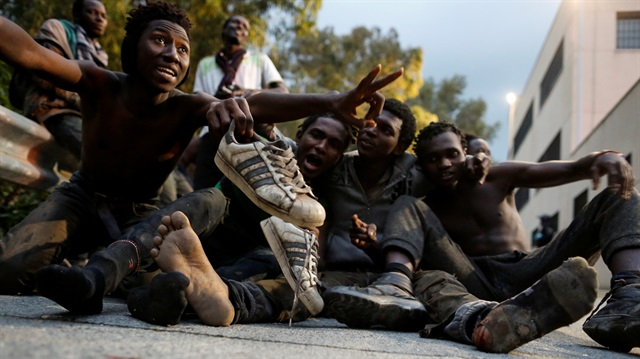 6 metrelik duvarı aşan göçmenler yeri öptü