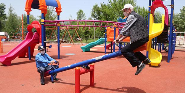 6 saatlik izinde renkli görüntüler! Çocuk parkına giden yaşlılar tahterevalliye binip çocuklar gibi eğlendi